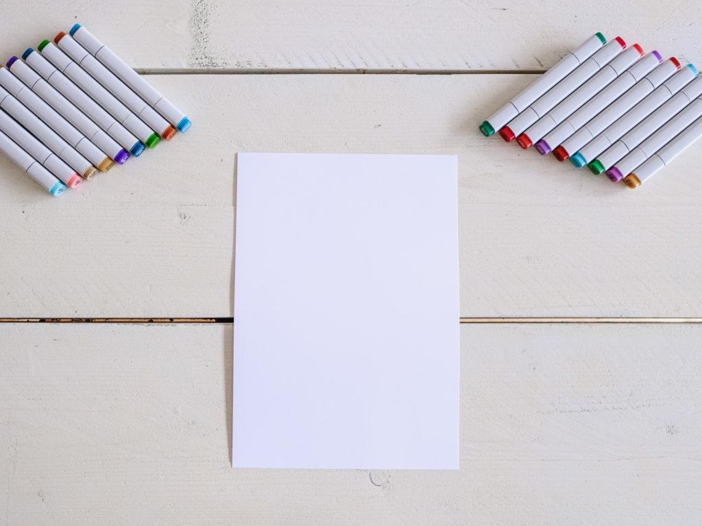 Nehmt euch das Blatt Papier vor und faltet es genau wie auf den nächsten Bildern.
